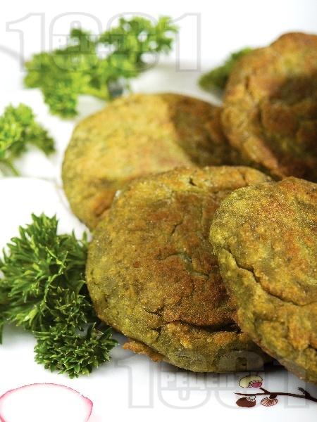 Пържени спаначени кюфтенца с овесени ядки, лук, яйца и галета - снимка на рецептата